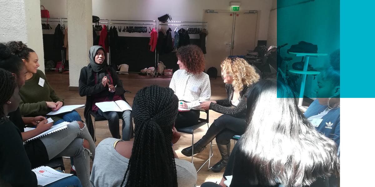 Le dispositif inclus notamment cinq journées pendant lesquelles les jeunes filles travaillent sur qui elles sont, ce qu'elles veulent, ce qu'elles peuvent. A la fin, un entretien individuel devant un jury de femmes « rôles modèles » permet de faire le bilan et d'imaginer la suite.
