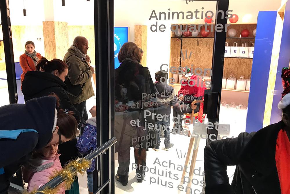 Située au cœur du centre commercial du Mermoz à Châtillon (92), la «Place des Services» est une conciergerie qui propose de nombreux services aux résidents alentours: réception de colis – fortement plébiscitée -, livraison de courses à domicile, prêt d'objets entre particuliers, bibliothèque partagée, programme d'ateliers, vente de produits postaux, etc. Elle est en service depuis janvier 2020.